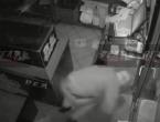 Kao u filmskoj komediji: Lopov pokušao isključiti kameru pa pao