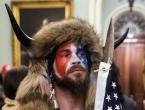 Počela uhićenja zbog kaosa u Kongresu, među prvim uhićenima tip s rogovima