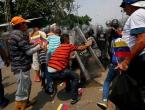 Tisuće Venezuelaca probili barikade, prešli kolumbijsku granicu