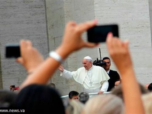 Papa vjernicima: Koristite Bibliju koliko i telefone