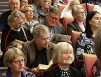 Predsjednik Finske na predstavljanju knjige sjedio na stepenicama