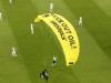 Na utakmicu Francuske i Njemačke sletio padobranac i poslao poruku