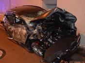 BMW pri velikoj brzini odletio u zrak i udario u vrh tunela