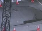 Policajac heroj spasio vozače od ogromne rupe na cesti