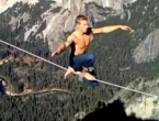 VIDEO Hodanje po bezdanu: Mladi akrobat se prošetao nad kilometar dubine