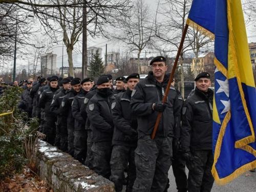 Preko 1000 policajaca prosvjeduje ispred zgrade Vlade FBiH