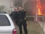 """Policajci slikali """"selfieje"""" dok je vatra iza njih gutala kuću"""