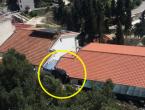 Vozač na liječenju nakon slijetanja Golfa na krov kuće