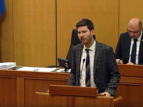 Pernarev perfomans u Hrvatskom saboru