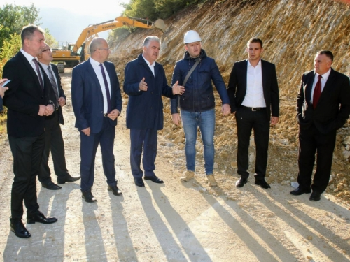 Premijer Herceg obišao infrastrukturne radove koje sufinancira Vlada HNŽ-a u općini Prozor-Rama
