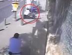 VIDEO: Istrčao iz auta pa mačem nasrnuo na ljude, smaknuo ga zaštitar