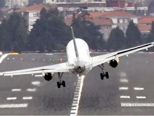 Pilot aviona prolio kavu na letu za Meksiko pa morao prisilno sletjeti