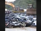 Buldožer drobi vozila vrijedna 5,5 milijuna dolara