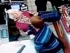 Iz čista mira nokautirao bakicu dok je stajala u redu za blagajnu