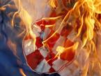 Zapaljena hrvatska zastava pored spomenika HVO-a