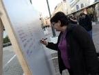 """Postavljen ''Zid plača"""" na koji se upisuju imena osoba koje su otišle iz BiH"""