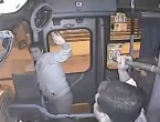 "VIDEO: Pokušao ukrasti torbicu a onda dobio ""porciju"" od vozača autobusa"