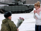Ovakvu prosidbu još nismo vidjeli: Okružili su je tenkovi, a onda je dobila prsten